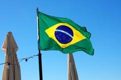 Drapeau du Brésil et fond de ciel bleu Photographie stock