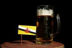 Drapeau du Brunei avec la tasse de bière d'isolement sur le noir photos libres de droits