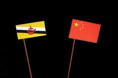 Drapeau du Brunei avec le drapeau chinois d'isolement sur le noir photographie stock