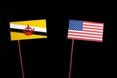 Drapeau du Brunei avec le drapeau des Etats-Unis d'isolement sur le noir images libres de droits