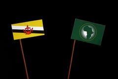 Drapeau du Brunei avec le drapeau des syndicats africains d'isolement sur le noir image stock