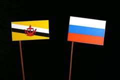 Drapeau du Brunei avec le drapeau russe d'isolement sur le noir image stock