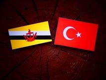 Drapeau du Brunei avec le drapeau turc sur un tronçon d'arbre photos libres de droits