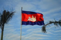 Drapeau du Cambodge dans le ciel bleu Photos libres de droits