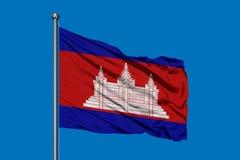 Drapeau du Cambodge ondulant dans le vent contre le ciel bleu profond Indicateur cambodgien illustration de vecteur