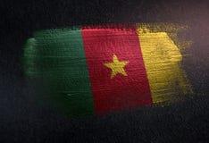 Drapeau du Cameroun fait de peinture métallique de brosse sur le mur foncé grunge illustration stock