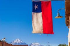 Drapeau du Chili et du volcan Licancabur par San Pedro de Atacama Photos libres de droits