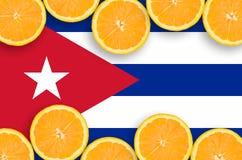 Drapeau du Cuba dans le cadre horizontal de tranches d'agrumes illustration libre de droits