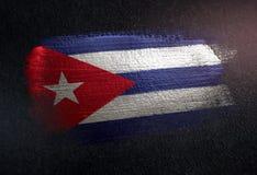 Drapeau du Cuba fait de peinture métallique de brosse sur le mur foncé grunge illustration libre de droits