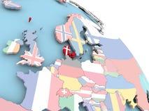 Drapeau du Danemark sur le globe Photographie stock libre de droits