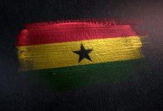 Drapeau du Ghana fait de peinture métallique de brosse sur le mur foncé grunge illustration stock