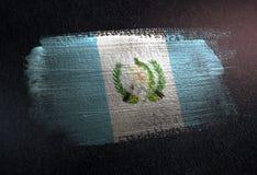 Drapeau du Guatemala fait de peinture métallique de brosse sur le mur foncé grunge illustration libre de droits