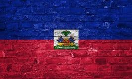 Drapeau du Haïti au-dessus d'un vieux fond de mur de briques, surface photo libre de droits
