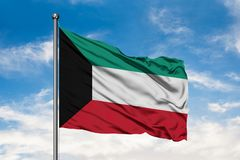 Drapeau du Kowéit ondulant dans le vent contre le ciel bleu nuageux blanc Drapeau koweitien photographie stock libre de droits