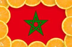 Drapeau du Maroc dans le cadre frais de tranches d'agrumes photo libre de droits