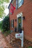 Drapeau du Maryland devant les maisons américaines typiques photo stock