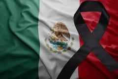 Drapeau du Mexique avec le ruban de deuil noir Photo stock