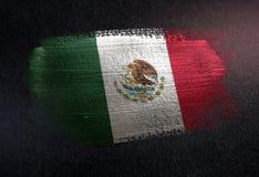 Drapeau du Mexique fait de peinture métallique de brosse sur le mur foncé grunge photos libres de droits