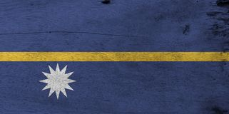 Drapeau du Nauru sur le fond en bois de plat Texture nauruanne grunge de drapeau photo stock
