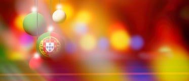Drapeau du Portugal sur la boule de Noël avec le fond brouillé et abstrait Image stock