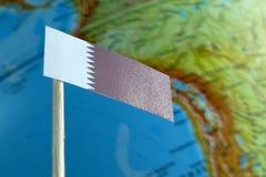 Drapeau du Qatar avec une carte de globe comme fond Image libre de droits
