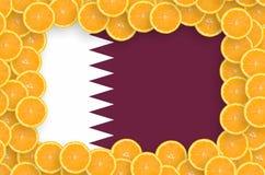 Drapeau du Qatar dans le cadre frais de tranches d'agrumes image stock