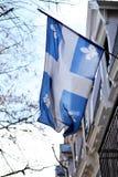 Drapeau du Québec à Montréal se soulevant dans la brise Photos libres de droits