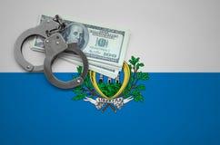 Drapeau du Saint-Marin avec des menottes et un paquet de dollars Le concept de casser la loi et les crimes de voleurs image libre de droits