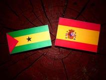 Drapeau du Sao-Tomé-et-Principe avec le drapeau espagnol sur une OIN de tronçon d'arbre Image libre de droits