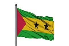 Drapeau du Sao-Tomé-et-Principe ondulant dans le vent, fond blanc d'isolement image stock