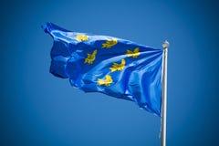 Drapeau du Sussex le jour ensoleillé contre le ciel bleu clair Photographie stock