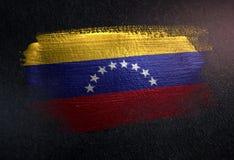 Drapeau du Venezuela fait de peinture métallique de brosse sur le mur foncé grunge photographie stock
