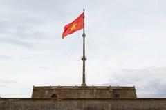 Drapeau du Vietnam sur le mât de drapeau Photo stock