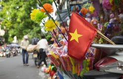 Drapeau du Vietnam sur une rue Images libres de droits