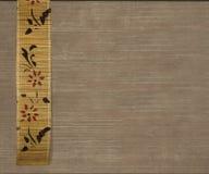 Drapeau en bambou de fleur sur le fond brun clair photographie stock libre de droits