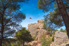 Drapeau espagnol Estelada sur la montagne dans la forêt dans la perspective du ciel bleu, Catalunya, Espagne Images stock