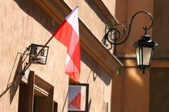 Drapeau et lantarn polonais à l'arrière-plan Image stock
