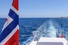 Drapeau et vue de la Norvège d'une queue de bateau Images stock
