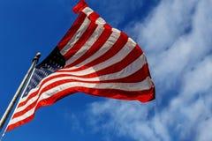 Drapeau Etats-Unis au-dessus de fond de ciel bleu Photographie stock libre de droits