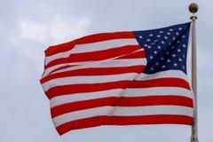 Drapeau Etats-Unis au-dessus de fond de ciel bleu Photographie stock