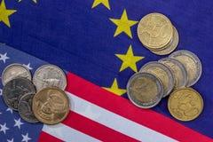 Drapeau européen et américain avec des pièces de monnaie Photos stock