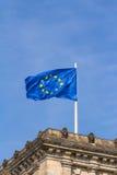 Drapeau européen sur le Reichstag construisant Berlin Photos stock