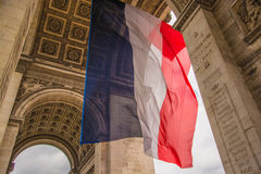Drapeau français à l'arc de Triomph Photos stock