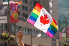 Drapeau gai canadien d'arc-en-ciel au Gay Pride d'homosexuel de Montréal image libre de droits
