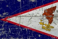 Drapeau grunge des Samoa américaines sur la vieille surface en bois rayée Fond national de cru photographie stock libre de droits