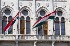 Drapeau hongrois au Parlement de Budapest photos libres de droits