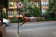Drapeau humain sur la rue photos stock