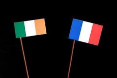 Drapeau irlandais avec le drapeau français sur le noir photographie stock