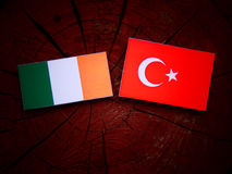 Drapeau irlandais avec le drapeau turc sur un tronçon d'arbre photo libre de droits