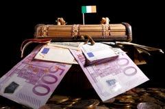 Drapeau irlandais sur la caisse images stock